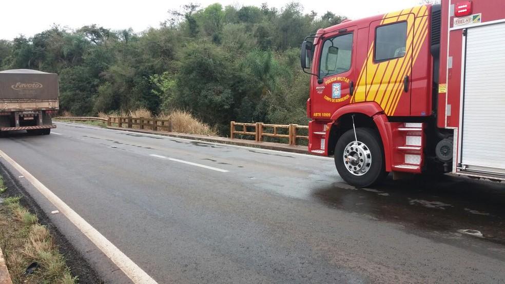 Segundo a PRF, carro bateu em mureta da ponte e caiu em barranco, na BR-467 (Foto: Divulgação/Polícia Rodoviária Federal)