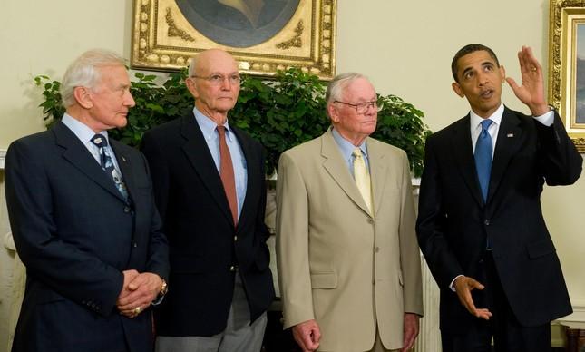Aldrin, Collins e Armstrong ao lado do então presidente Barack Obama, em 2009