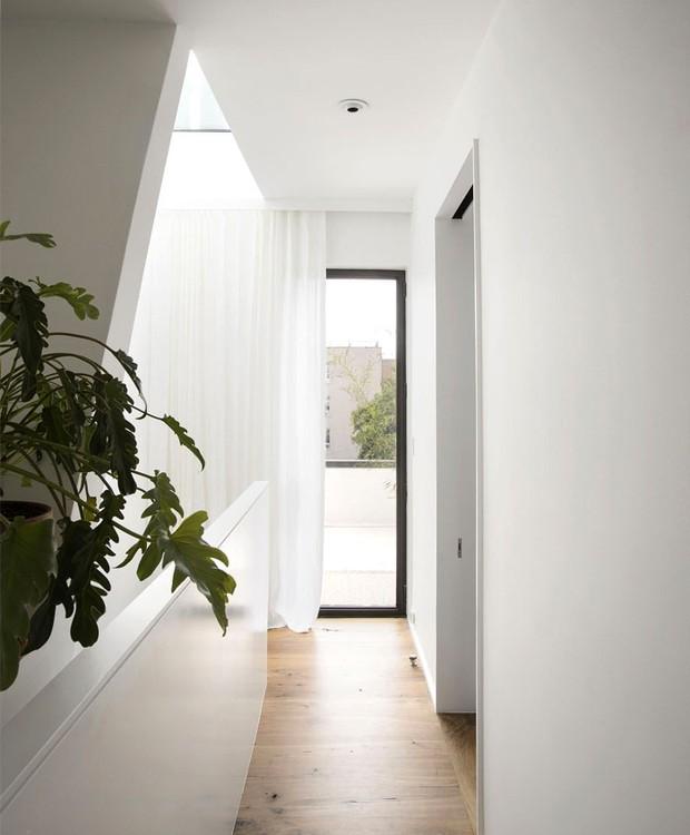 A luz das janelas corre pelos corredores e escadas (Foto: Indecora/ Reprodução)