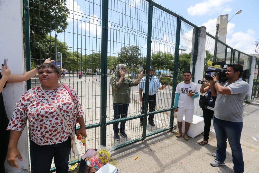 Portões fechados na Uece, local de maior concentração de candidatos do Enem no Ceará — Foto: Thiago Gadelha/SVM