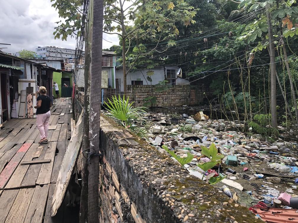 E uma Lixeira piora a situação já crítica dos moradores do local, tão esquecido pelo poder público.  — Foto: Matheus Castro/G1