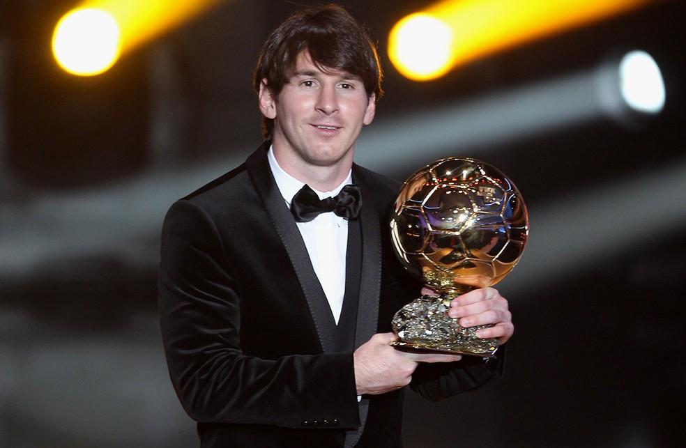 """Messi posa com a Bola de Ouro de 2010, na primeira edição após a unificação com o prêmio da revista """"France Football"""" — Foto: Agência Getty Images"""
