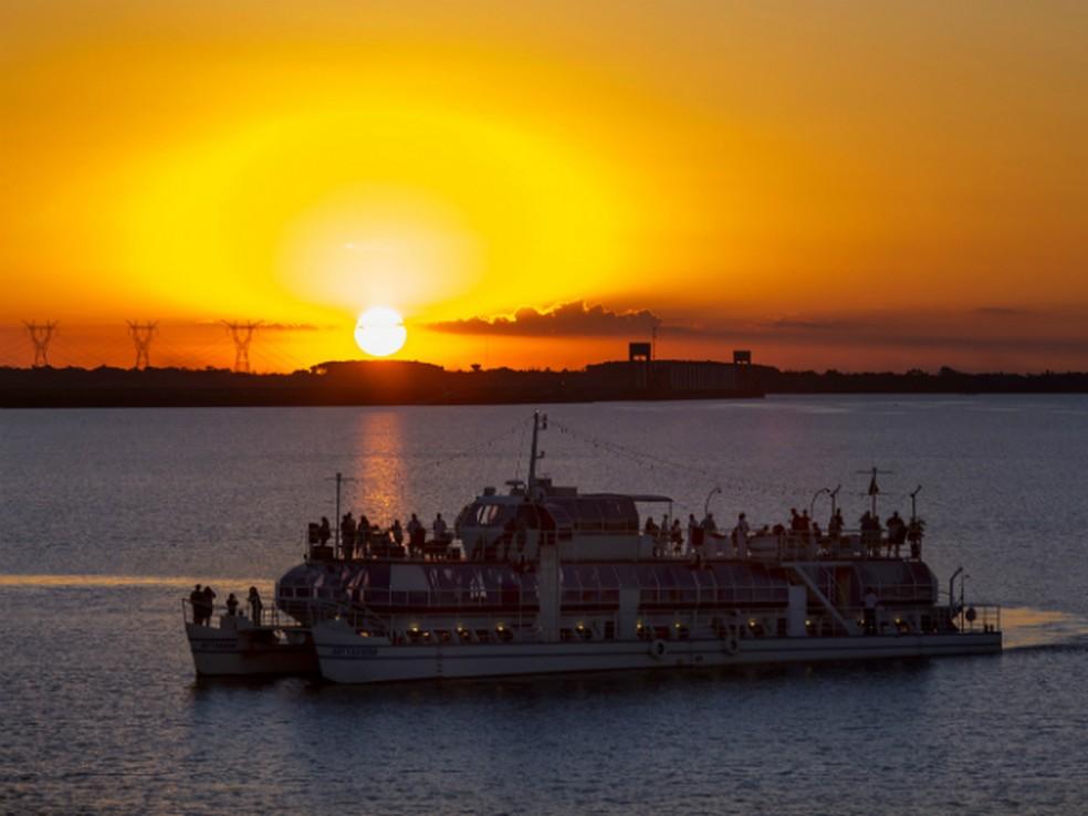 Passeio de barco pode ser feito no almoço ou jantar — Foto: Divulgação