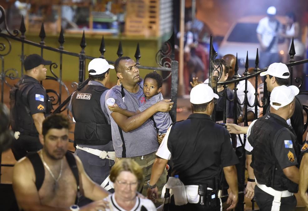 Torcedores buscaram refúgio dentro de São Januário com confusão na entrada da arquibancada social — Foto: André Durão
