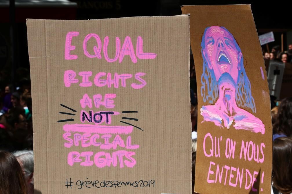 """""""Direitos iguais não são direitos especiais"""", diz o cartaz usado em protesto em Lausanne. — Foto: Denis Balibouse/Reuters"""