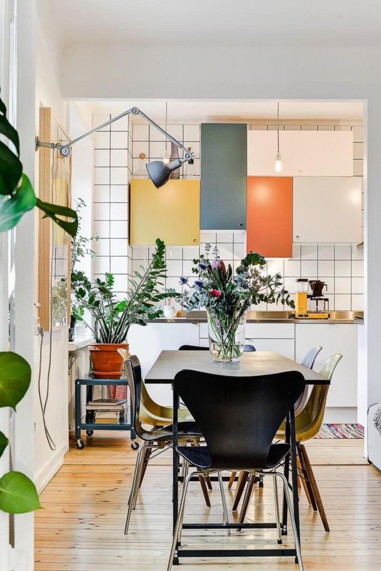 Décor do dia: cozinha com armários coloridos e mesa de jantar