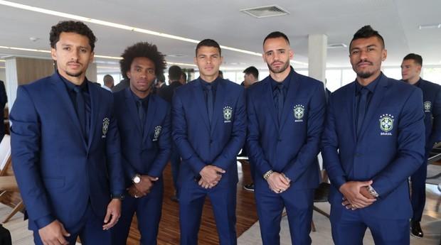 Jogadores vestem terno em embarque para a Inglaterra (Foto: Divulgação)