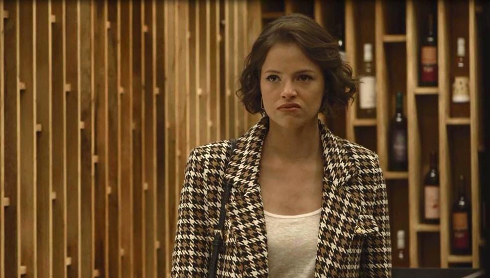 Josiane (Agatha Moreira) fica irada ao ser dispensada por Régis (Reynaldo Gianecchini), em 'A Dona do Pedaço — Foto: Globo