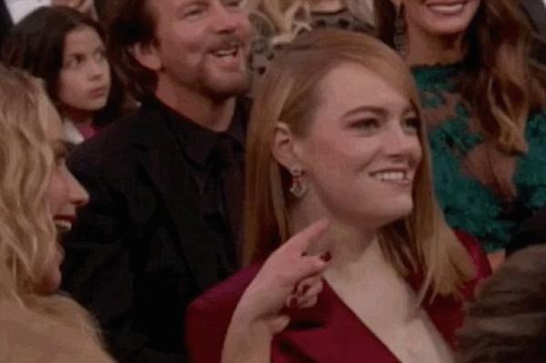 A atriz Jennifer Lawrence flagrada tirando sarro com sua amiga, a atriz Emma Stone (Foto: Reprodução)