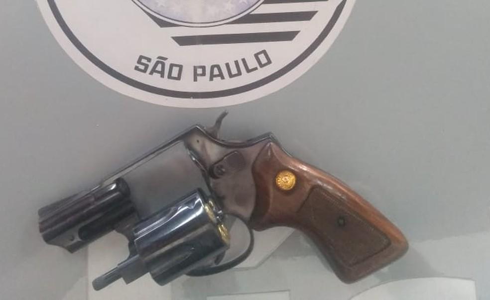 Arma foi apreendida com Natália Dias, esposa do ex-marido da vítima; crime ocorreu na frente da Santa Casa de Bariri — Foto: Polícia Militar/Divulgação