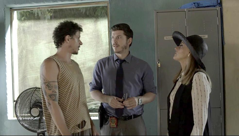 Zé Victor e Sophia tentam enrolar Bruno (Foto: TV Globo)