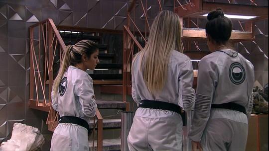 Hana, Hariany e Paula imaginam o que tem no segundo andar da casa