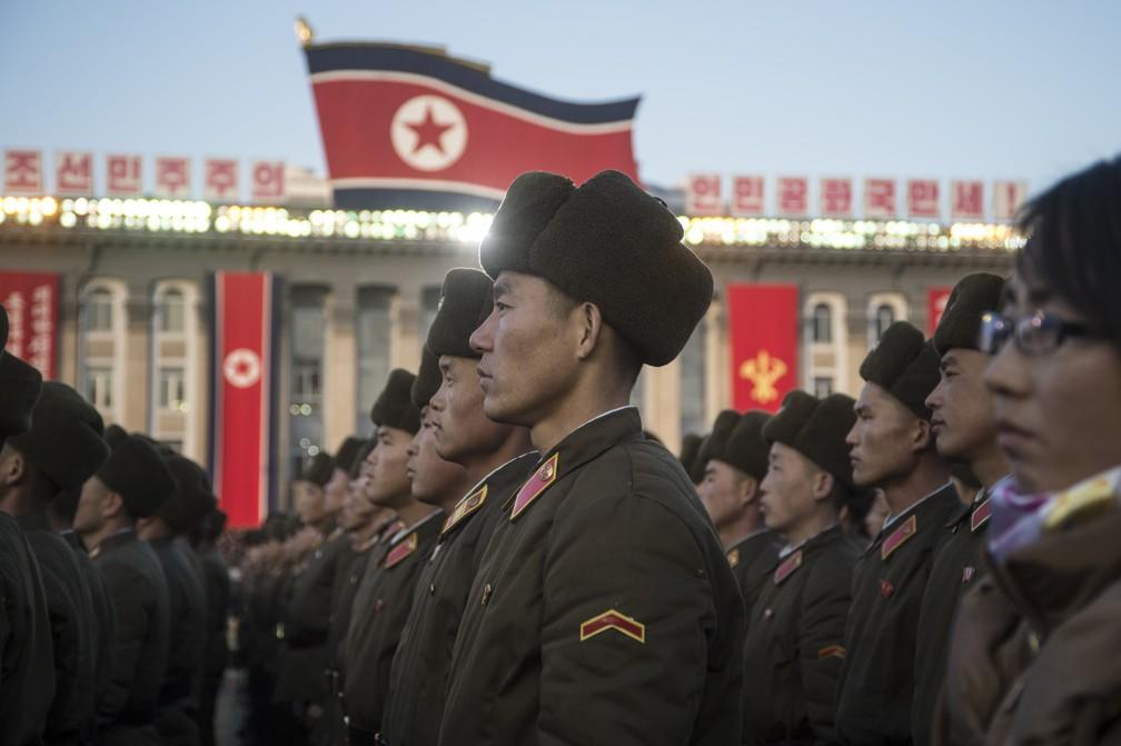 Soldados norte-coreanos durante cerimônia em comemoração ao teste nuclear realizado na semana passada (Foto: Kim Won-Jin / AFP)