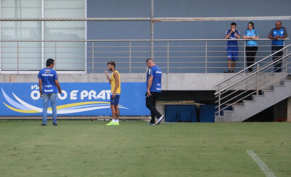 Juninho Capixaba conversou com o médico Márcio Dornelles após sofrer pancada no maxilar — Foto: Matheus Beck