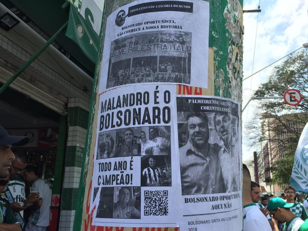 Cartazes contra Bolsonaro perto da Arena Palmeiras — Foto: Felipe Zito/Globo Esporte