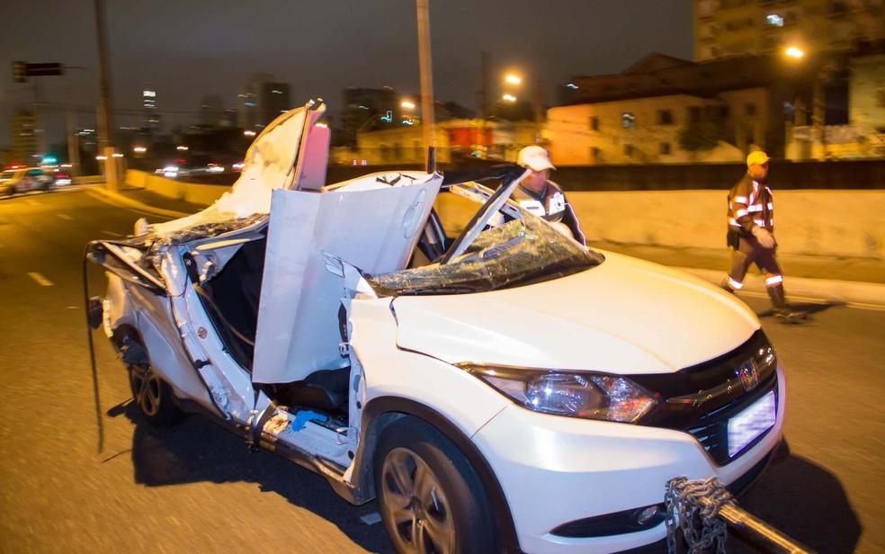 Carro de juíza ficou destruído em SP (Foto: Nivaldo Lima/Futura Press/Estadão Conteúdo)