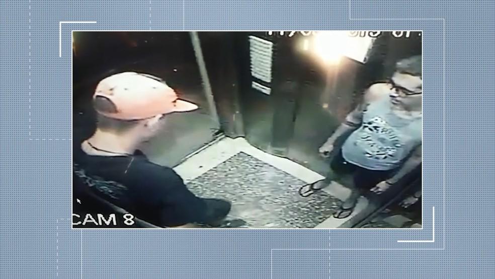 Câmeras de segurança do prédio registraram o momento em que Jefferson e um rapaz subiram para o 9º andar na madrugada da última quarta — Foto: Reprodução/TV Integração