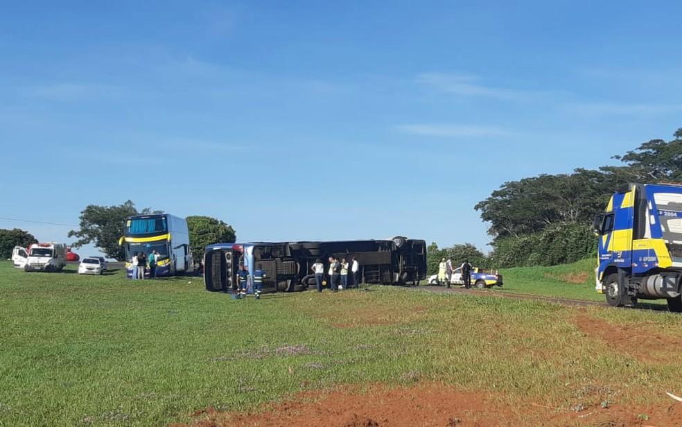 Ônibus tombou no canteiro da Rodovia Anhanguera em Orlândia, SP — Foto: Nathália Henrique/EPTV