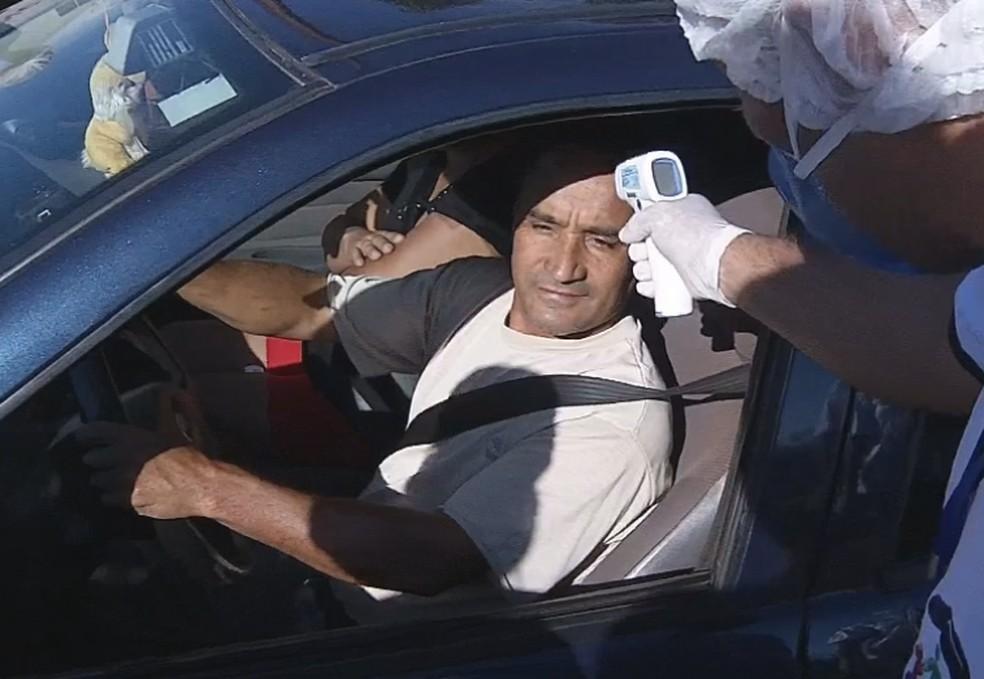Em Florínea, motoristas tem a temperatura aferida na entrada da cidade — Foto: TV TEM/Reprodução
