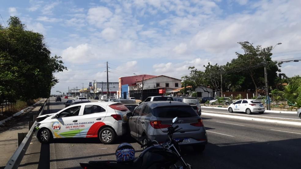 Durante o engavetamento um dos carros colidiu com a grade de proteção da rodovia. — Foto: Leábem Monteiro/ SVM