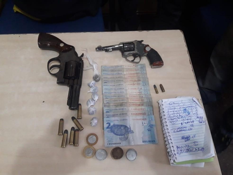 Armas foram apreendidas com os dois jovens em Santarém — Foto: Polícia Militar de Santarém/Divulgação