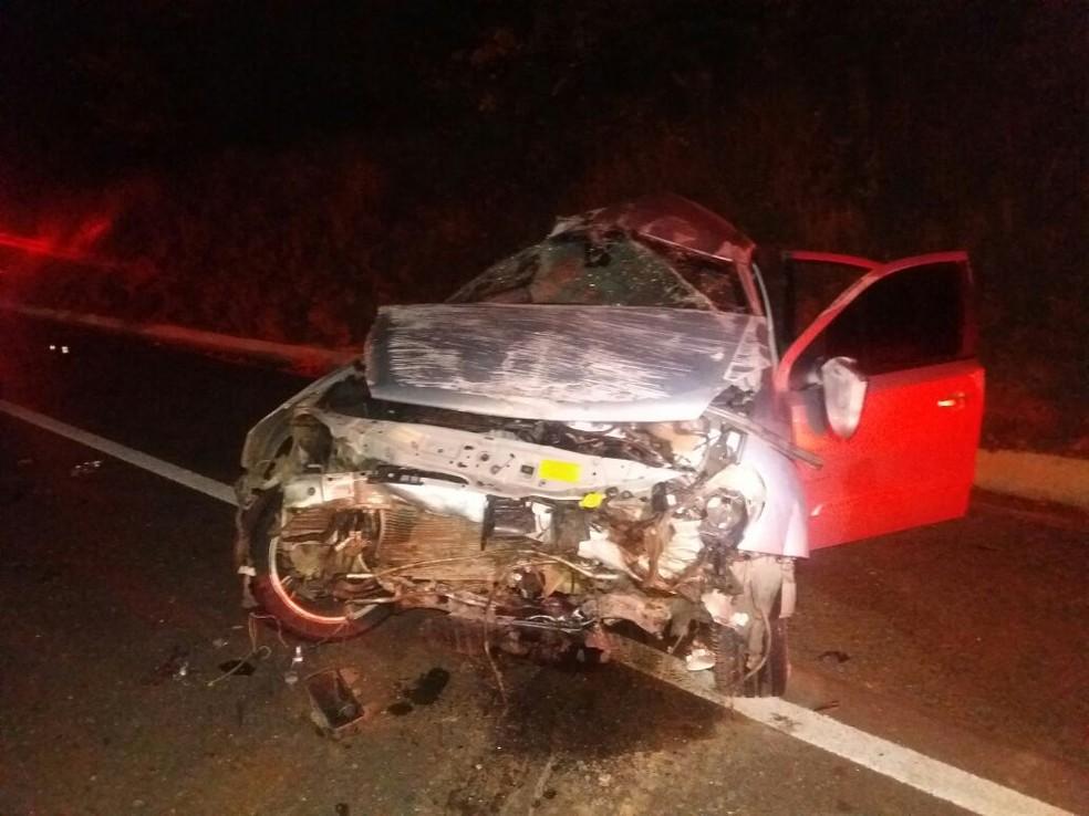 Motorista do automóvel ficou ferido após o acidente  (Foto: Divulgação/PRF)
