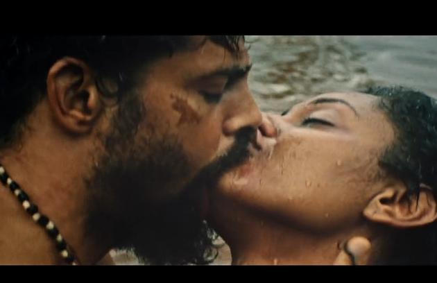 Os atores gravaram uma cena de sexo no rio (Foto: Reprodução)