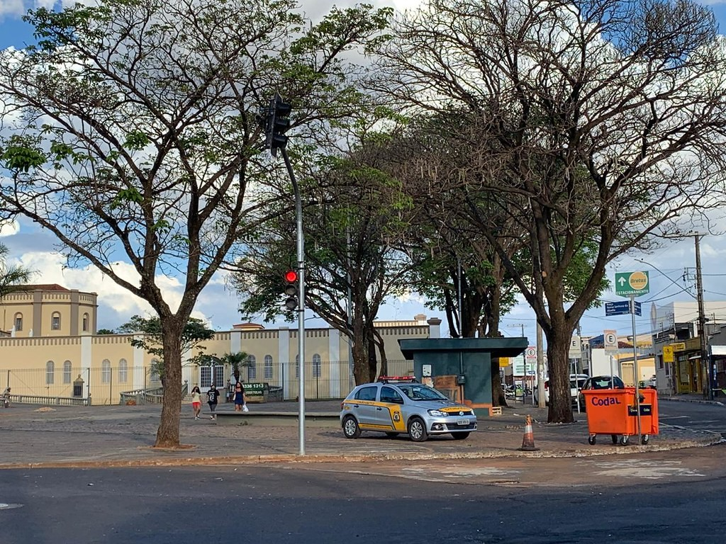 Novo semáforo começa a funcionar no cruzamento das ruas Rodolfo Lírio e José de Alencar no Bairro Abadia em Uberaba