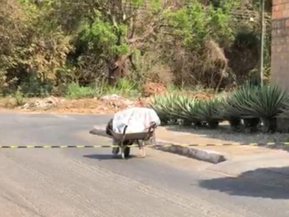 Homem é flagrado carregando corpo em carrinho de mão, em Aparecida de Goiânia — Foto: Reprodução/TV Anhanguera