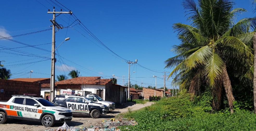 Dois irmãos são mortos a tiros em Caucaia e mãe fica ferida — Foto: Ricardo Mota/ Sistema Verdes Mares
