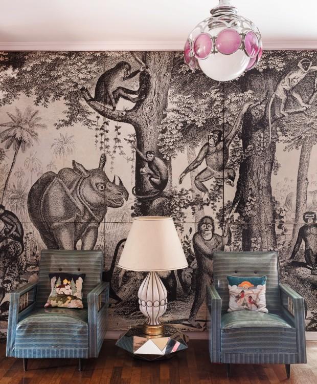 Painel de floresta, da Pandora (1969), adquirido em Nova York. O abajur original da década de 1950, comprado em Murano, está apoiado na mesa Diamante, desenhada por Teka e Marko para a Firma Casa (Foto: Lufe Gomes / Editora Globo)