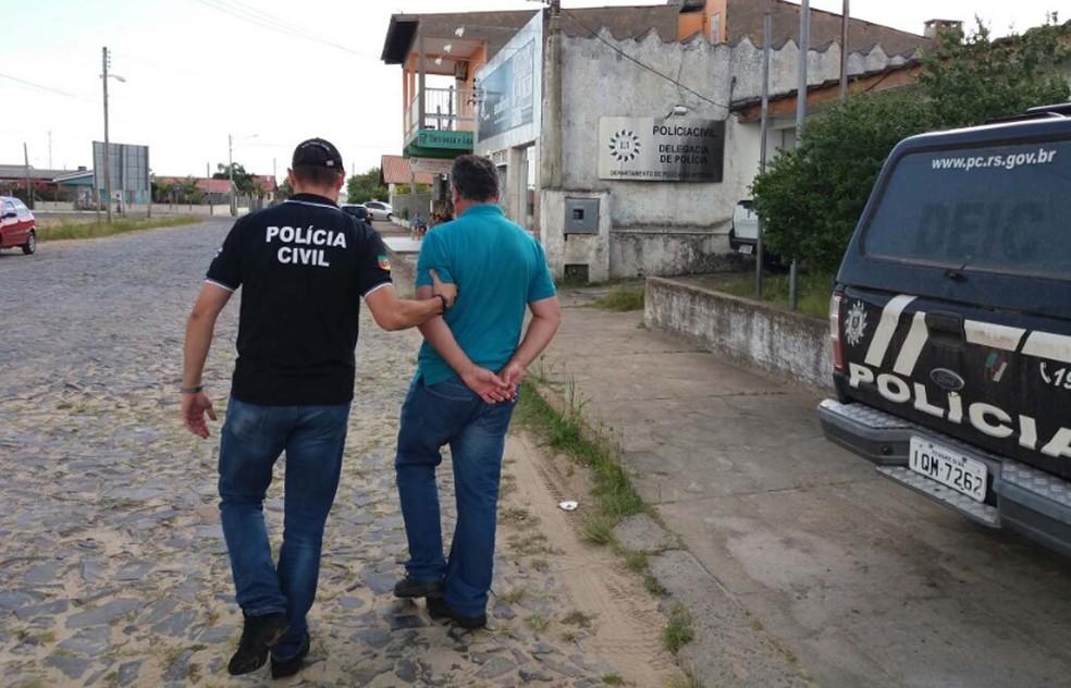 Além dos dois presos, uma pessoa foi conduzida para prestar esclarecimentos durante operação contra pedofilia (Foto: Divulgação/Polícia Civil)
