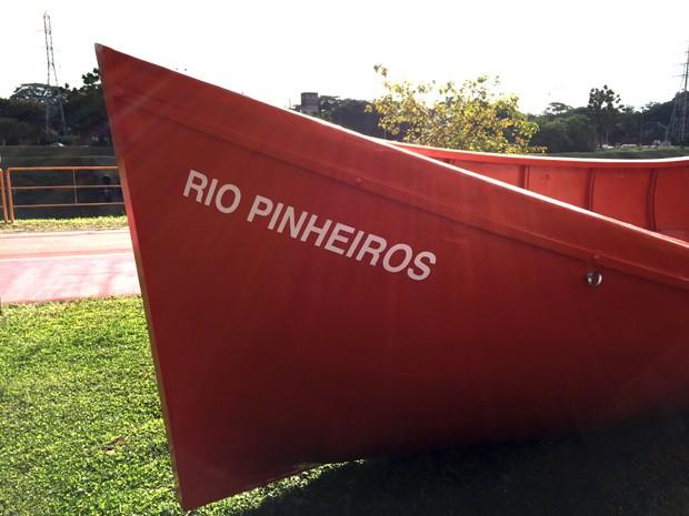 Artista instala barco na margem do Rio Pinheiros como crítica à poluição (Foto: Eduardo Srur)