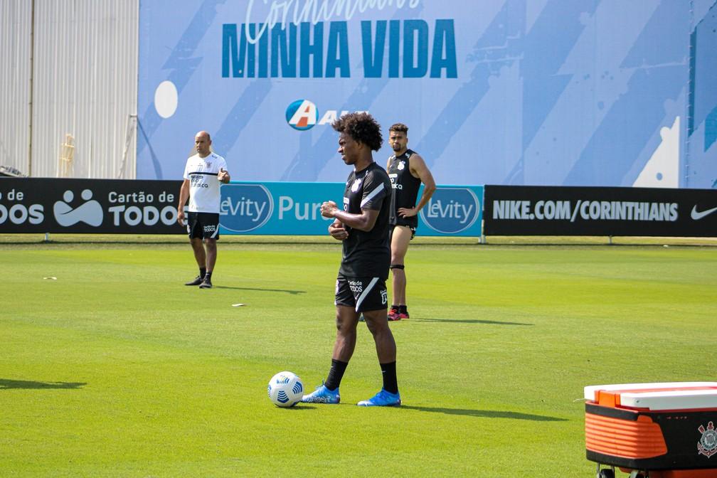 Willian treina com bola no Corinthians — Foto: Felipe Szpak/Agência Corinthians