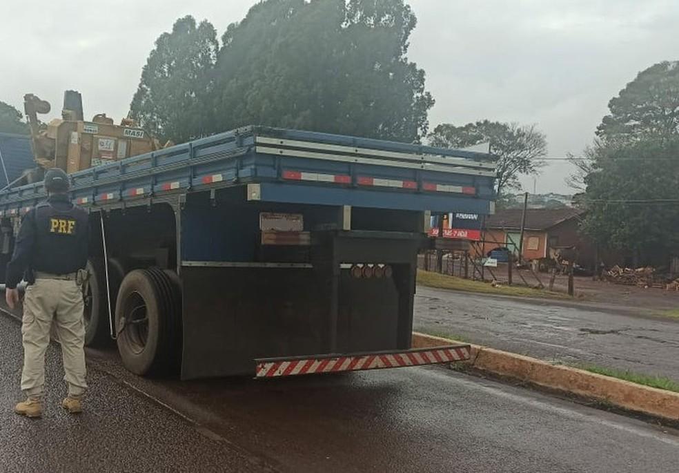Caminhão com várias irregularidades foi apreendido pela PRF, em Cascavel — Foto: PRF/Divulgação