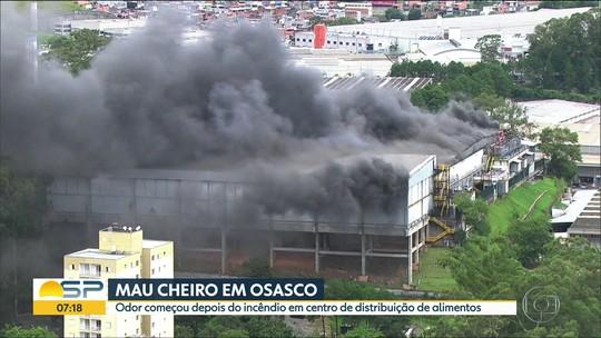 Após incêndio em distribuidora de alimentos, moradores reclamam de mau cheiro em Osasco