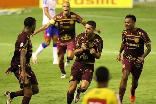 Sport de Thiago Neves (comemorando no centro) está quase livre do risco de queda — Foto: Marlon Costa / Pernambuco Press