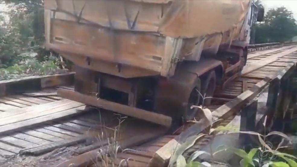 -  Caminhão passa por ponte de madeira na BR-210, estrutura estala e ameaça cair; VÍDEO  Foto: Reprodução/Rede Amazônica