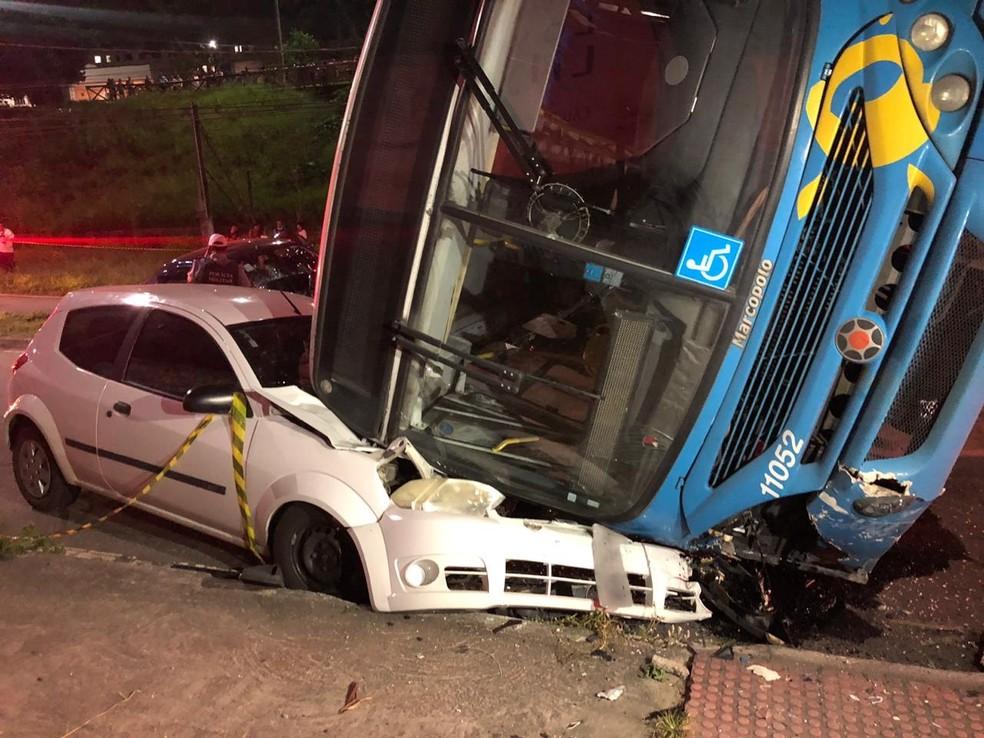 Ônibus tombou em cima de carro na Serra — Foto: Rodrigo Maia/TV Gazeta