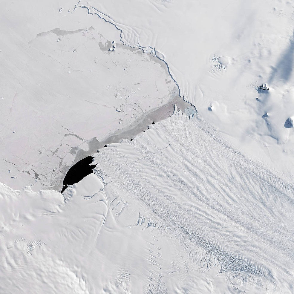 Iceberg se desprendeu na região Glaciar de Pine Island, na Antártica.  (Foto: NASA Earth Observatory, por Joshua Stevens)