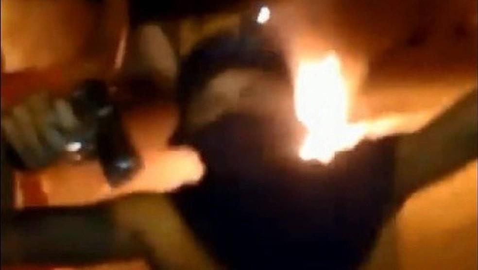 Criminosos invadem velório e ateiam fogo em caixão (Foto: Reprodução)