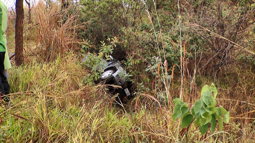 Carro da família foi encontrado em uma vala dois dias após o acidente na BR-050 entre Uberlândia e Araguari — Foto: Reprodução/TV Integração