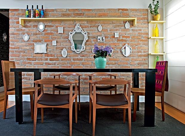 A designer de interiores Amanda Borges provou ser possível a combinação de tijolos aparentes, na parede, com laca acetinada, na prateleira. A tábua amarela é um elemento decorativo no ambiente (Foto: Marcelo Magnani/Casa e Jardim)