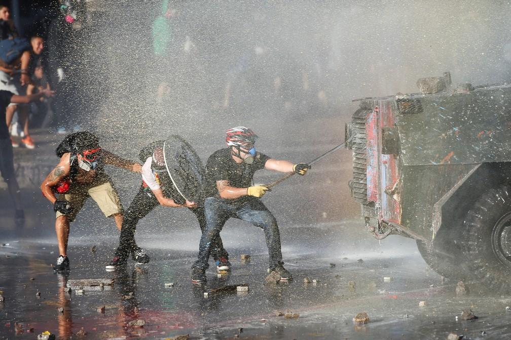 Protesto nesta quarta-feira (27) em Santiago, no Chile, teve confronto entre forças de segurança e manifestantes — Foto: Ivan Alvarado/Reuters