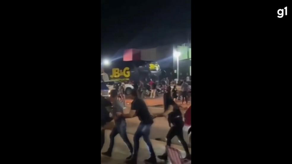 Briga generalizada na frente de casa de show em RO — Foto: Reprodução