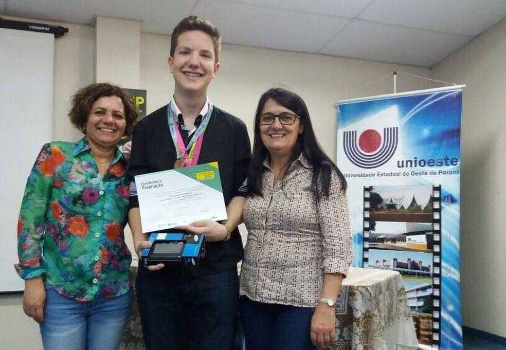 O bom desempenho nas edições da Obmep em que participou renderam várias homenagens a Caio, uma delas pela Universidade Estadual do Oeste do Paraná (Unioeste) (Foto: Arquivo Pessoal)