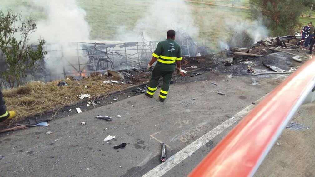 Acidente grave entre duas ambulâncias, ônibus e carreta em Guarapari (Foto: APP TV Gazeta)
