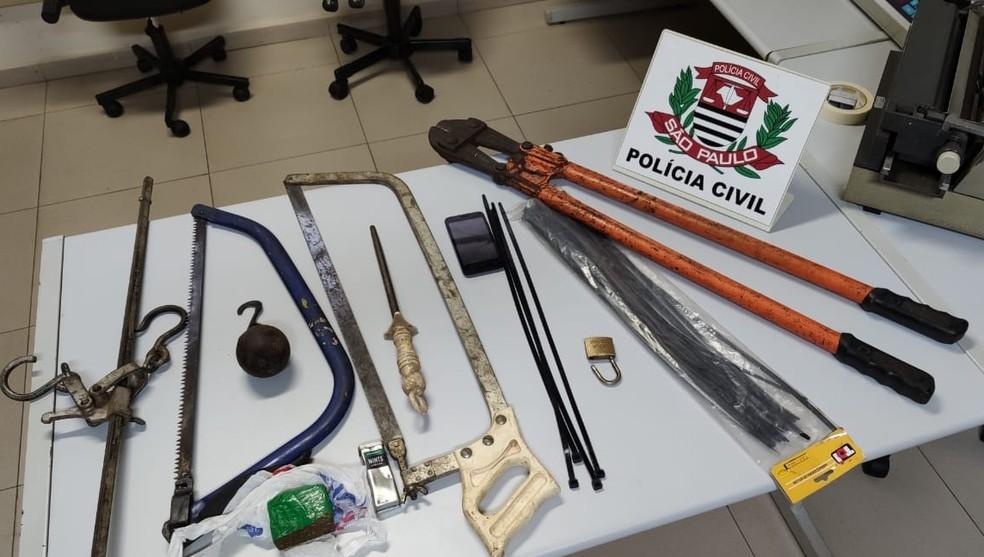 Polícia apreendeu instrumentos utilizados no abate de animais e cerca de 70 gramas de maconha em Lins — Foto: Polícia Civil/Divulgação
