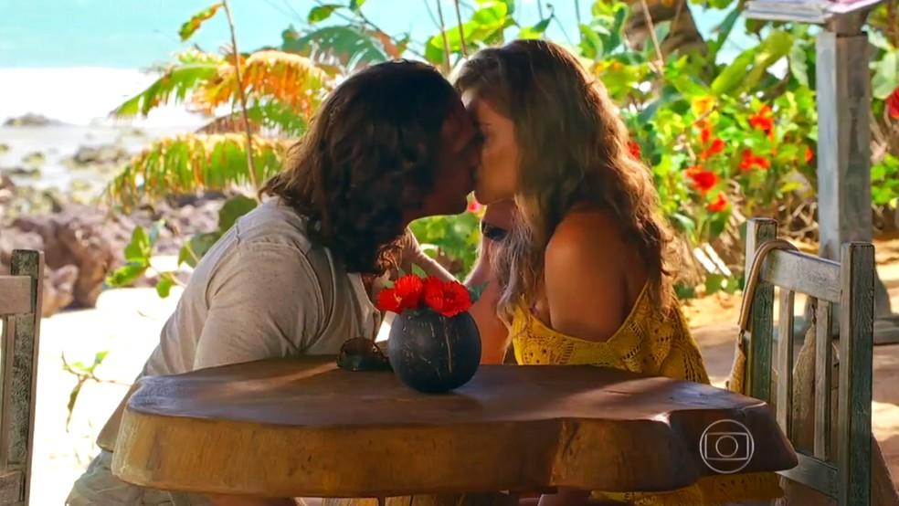 Alberto (Igor Rickli) e Ester (Grazi Massafera) se beijam, em 'Flor do Caribe' — Foto: Globo