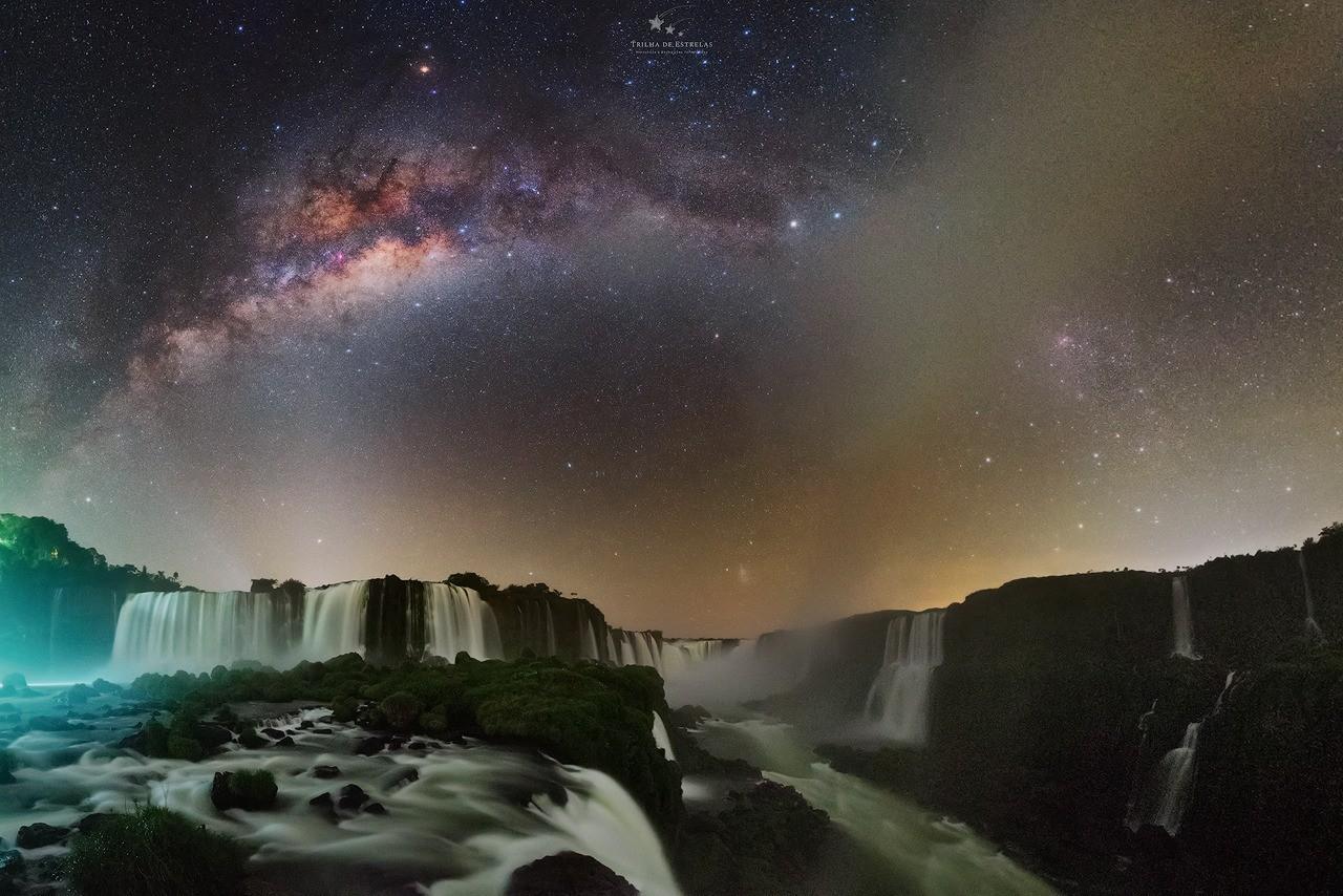 Fotógrafo registra estrelas e rastro da Via Láctea no céu sobre as Cataratas do Iguaçu; veja fotos